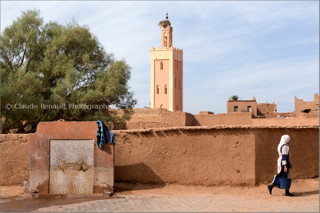 A moroccan woman at the fountain in the casbah of Taourirt.